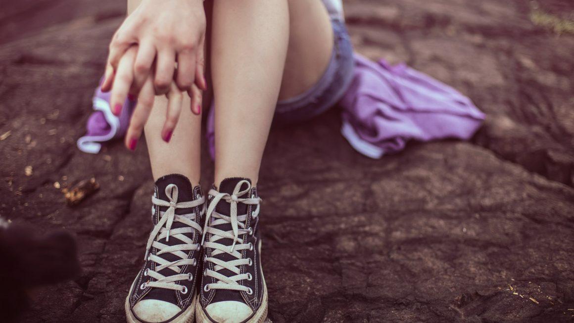 Jambes-d-adolescent-portant-des-converses